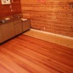 【30万円】で買った山小屋! くさった床を925円のコンパネでガレージ風に!